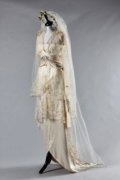 Madame Hayward bridal gown (shown with wax orange blossom wreath and pearl-bead edged veil) worn by the Chilean heiress Regina de Bittencourt for her marriage to the Earl of Lisburne, July Kerry Taylor Auctions. Vintage Gowns, Mode Vintage, Vintage Bridal, Vintage Outfits, Vintage Weddings, Belle Epoque, Edwardian Dress, Edwardian Fashion, Edwardian Era