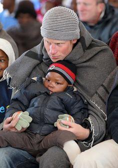 Pin for Later: Comment Harry S'est Transformé de Petit Garçon à Véritable Prince  Harry a une fois de plus prouvé son aisance avec les enfants lors de la visite d'un centre pour enfants à Semonkong, Lesotho, en Juin 2010.