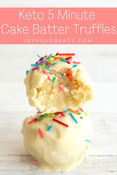 You can make a small batch of these Cake Batter Truffles in just 5 minutes! They taste like a bite of sprinkle laden birthday cake. You can make a small batch of keto truffles in 5 minutes! These keto truffles are vibrant, easy to make, and absolutely delicious. Keto Cake Batter Truffles are the next big thing when it comes to desserts! They are great for on-the-go & can be a keto fat bomb. This easy recipe is also low carb, gluten-free, sugar-free, grain-free, and Trim Healthy Mama friendly. Keto Carbs, Keto Fat, Low Carb Sweets, Low Carb Desserts, Low Carb Candy, Sugar Free White Chocolate, Hot Chocolate, Cake Batter Truffles, Cupcakes