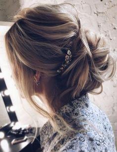 ¿Te llama esta idea de peinado para boda? En nuestro board puedes elegir más ideas de peinados de bodas de todo tipo como: sueltos, recogidos, trenza, semirecogidos, juveniles, con velo, de lado, vintage, media melena, sencillos, etc.…. \ Didn't you love this wedding hairstyle idea? Catch many wedding hairstyle ideas in our blogpost: updo, for long hair, to the side, half up half down, with flowers, vintage… #weddingideas #hairstyles #weddinghair