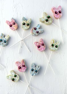 These pastel Easter bunny lollipops are fun for all ages! Using minimal ingredients, all-natural food coloring, a microwave, a cookie cutter, and some lollipop sticks, you can turn ordinary rice krispie treats into cute bunny lollipops for Easter or any springtime occasion. #pastel #bunny #marshmallow #vegan #lollipops #recipe #easter Cereal Treats, Rice Krispie Treats, Rice Krispies, Marshmallow Cereal, Marshmallow Bunny, Vegan Marshmallows, Natural Food Coloring, Cup Of Rice, Lollipop Sticks
