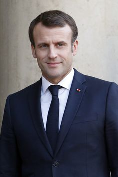 Des enfants témoignent du harcèlement scolaire devant Emmanuel Macron Brigitte Macron, Beaux Couples, Emmanuel Macron, Jean Michel, World Leaders, Vogue, Mens Suits, Cool Pictures, Suit Jacket