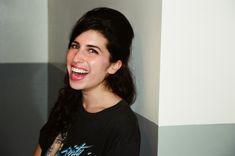 En 2003, la jeune Amy enregistrait son premier album Frank. Le photographe Charles Moriarty l'immortalisait, du rose fluo aux lèvres.