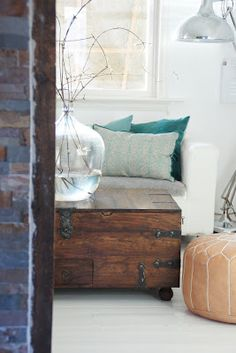 light walls, light floors and the big glass vase keep this looking fresh and open despite the dark timber box. love it.