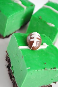 Oreo Crust = the dirt -- Green Fudge (white chocolate chips, sweetened condense milk, green food coloring) = the field -- Chocolate Covered Almond = the football. Great idea for tailgating snacks! But Football, Football Food, Football Season, Football Treats, Football Fever, Tailgate Desserts, Tailgating Ideas, Tailgate Food, Chocolate Covered Almonds