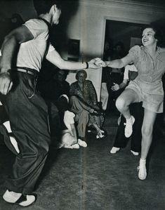 Lindy Hop: The Dance That Defined the Swing Era Lindy Hop, Judy Garland, Lets Dance, Shall We Dance, Swing Dancing, Bailar Swing, Tango, Rockabilly, Danse Salsa