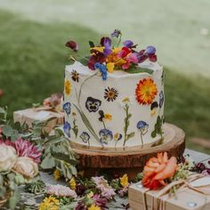 We've already shared some wedding food trends and one of them was handpainted wedding cakes. But if you are getting married this year, there are many other cake trends you may incorporate to make your dessert table edgy. Pretty Cakes, Beautiful Cakes, Simply Beautiful, Earl Grey Cake, Small Wedding Cakes, Wedding Cakes With Cupcakes, Naked Cakes, Bolo Cake, Easter Party