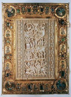 Henri II , Livre des péricopes  Livre des péricopes de Henri II : la Crucifixion entourée du soleil et de la lune. Plat supérieur en ivoire. Art carolingien, 869-870. (Bayerische Staatbibliothek, Munich.