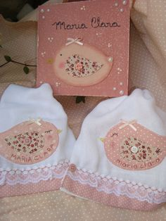 Kits de 2 fraldas... bom gosto e delicado... facebook.com/mariapaulaartesanatos Sewing Crafts, Sewing Projects, Baby Burp Cloths, Baby Accessories, Beautiful Babies, Baby Quilts, Baby Items, Quilt Patterns, Diy And Crafts
