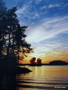 Aurinko laskee Kekkerisaarten taa. (Finland)