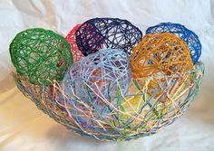 lamp/bol/decoratie/paasei gemaakt van een ballon, plaksel en wol.