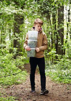 Mat på bakken. – Det er veldig fredelig. Jeg liker å komme hit og være alene i skogen i to timer, sier Flynn McGarry.