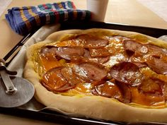 Pizza salami chorizo cheddar (Vegan)  http://macuisinevegetalienne.blogspot.fr/2015/04/pizza-salami-chorizo-cheddar-vegan.html