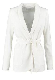Kiomi Blazer White El Blazer De Mujer El blazer fue diseñado por y para el hombre, fue Coco Chanel quien lo introdujo en la moda de los años 20 como prenda femenina, combinada con falda plisada, camisa y corbata.