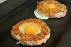 Burger stuffed with fried egg Breakfast Recipes, Dessert Recipes, Breakfast Ideas, Yummy Recipes, Huevos Fritos, Perfect Eggs, Baked Beans, Protein Foods, Sweet Bread