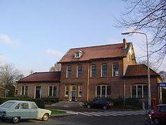 Station #Bloemendaal is een spoorwegstation in het Noord-Hollandse Bloemendaal aan de spoorlijn #Amsterdam - #Haarlem - #Uitgeest. Het station ligt op de grens van Haarlem en Bloemendaal. Het station werd geopend op 1 mei 1900.