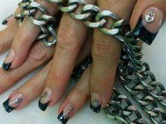 Marian uñas esculpidas