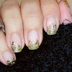 Ein bisschen mehr und viel mehr goldener Glitzer  #tjakasasnails #nailpolish #nagellack #nailpolishswatch #naturalnails #nägel #maniküre #glitterfrench  #lackiert #cutenails #showmynails #beautyblogger #manicure #winternails #christmasnails #glittergradient #nageldesign #naildesign #gradientnails #gold #glitternails
