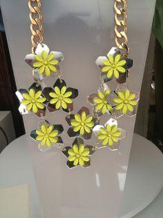 Collar con flores de espejo y esmalte de la firma Teria Yabar. Disponible al 50% durante el mes de Agosto.  Carmen Colorado S.L C/Puerto 5, Puertollano 926431844