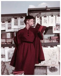 Fiona Campbell – Walter at the Bouquinistes, For ELLE Winter Collection, Paris 1953 – Photo Georges Dambier