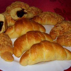 Szilvalekváros és sajtos kelt kifli Bread, Baking, Food, Bakken, Meals, Breads, Backen, Bakeries, Yemek