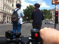 Im Visier meines uCARVERS: Segways in Wien! Beim Start an der Ampel ohne jede Chance gegen den uCARVER auf Leistungsstufe 3 - nur für gute Fahrer!