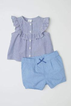 Blouse and shorts in woven cotton fabric. Short-sleeved crinkled blouse with decorative ruffle at top and buttons at back. Shorts with a printed pattern pleats at top and elasticized waist and hems. Baby Outfits, Girls Summer Outfits, Dresses Kids Girl, Little Girl Outfits, Little Girl Fashion, Toddler Outfits, Kids Outfits, Fashion Kids, Easy Baby Sewing Patterns