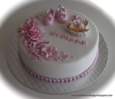 Bilderesultat for dåpskake Baby Shower Cake Designs, Fondant Baby Shoes, Christening Cake Girls, Baby Reveal Cakes, Torta Baby Shower, Birthday Wishes Cake, Cake Show, Baby Girl Cakes, Unique Cakes