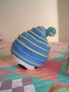 I used 2 colours (light blue n. 923 and green n. 5282) of the same yarn.