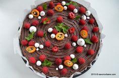 Tarta cu zmeura si ciocolata - fara coacere. O tarta rapida cu boabe de zmeura galbena si rosie, blat din biscuiti digestivi si crema de ciocolata ganache