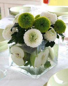 Tischdeko - grüne Äpfel und Blumen im Glas