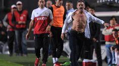 La locura de Nelson Vivas tras ser expulsado http://www.abc.es/deportes/futbol/abci-locura-nelson-vivas-tras-expulsado-201705071249_noticia.html