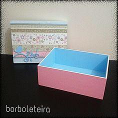 Azul com rosa bebê. Estampa floral. Com aplique de pássaro em azul.