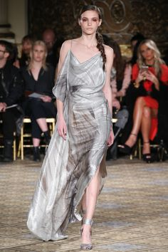 The complete Christian Siriano Fall 2017 Ready-to-Wear fashion show now on Vogue Runway. Vogue Fashion, Fashion Week, Fashion 2017, Couture Fashion, Runway Fashion, Fashion Show, Fashion Dresses, Fashion Trends, Christian Siriano