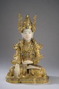 Buddha Maravijaya richement paré et coiffé d'une tiare à ailettes. Laque sec doré et incrusté de sulfure pour les vêtements et la coiffe et carnation de marbre blanc. Birmanie. Royaume des Etats Shan. Fin 19 ème siècle. Ht 43cm x 20cm x 28cm.
