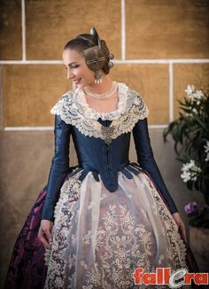 Antique Clothing, Historical Clothing, Traditional Fashion, Traditional Dresses, 1700s Dresses, Regency Gown, Corset, Spanish Fashion, Medieval Fashion