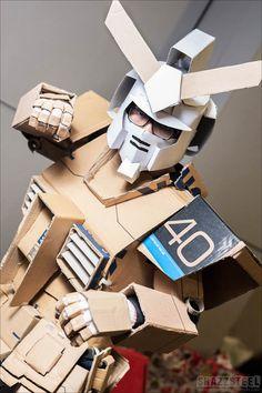An impressive cardboard Gundam. Cardboard Robot, Cardboard Costume, Cardboard Box Crafts, Cardboard Sculpture, Diy Arts And Crafts, Fun Crafts, Destiny Cosplay, Paper Mache Animals, 3d Cnc