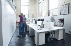Kombinasjon av arbeidsplasser hvor man raskt kan reise seg og samarbeide/visualisere på vegg. Også effektivt for prosjekt-og fremdriftsplaner