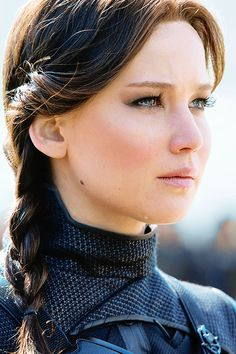 Jennifer Lawrence - Katniss Everdeen in The Hunger Games Mockingjay Part 2 The Hunger Games, Hunger Games Catching Fire, Hunger Games Trilogy, Suzanne Collins, Happiness Therapy, Jennifer Lawrence Pics, Jennifer Lawrence Hunger Games, Jennifer Lawrence Brunette, Mockingjay