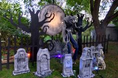 halloween decorations outdoor Learn how Scott Stoll of Stolloween created a spooky Halloween werewolf scene to give his guests an extra fright for our Halloween/Harvest St Spooky Halloween, Teen Halloween Party, Nightmare Before Christmas Halloween, Outdoor Halloween, Halloween House, Holidays Halloween, Halloween Themes, Halloween Tombstones, Halloween Scene