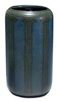 MARBLEHEAD POTTERY  A GLAZED EARTHENWARE VASE, CIRCA 1910-20