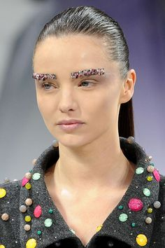 Miranda Kerr dons defined brows at Chanel #runwaybeauty #beauty #eyes #brow #statement #Chanel #MirandaKerr