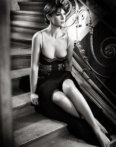 Vincent Peters (Monica Bellucci) love the way the legs are crossed.