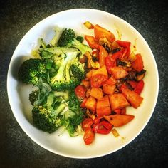 Two color vegan dish  Green: #brokkoli #onion #rucola #spinach #oregano Red: #sweetpotato #paprika #coctailtomatoes #tomatoes #garlic #redonion #chamignons