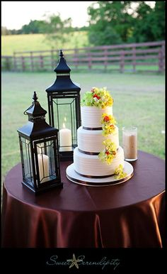 Simple outdoor wedding cake display with lanterns #weddingcake #cake #wedding #gardenwedding #gardenparty