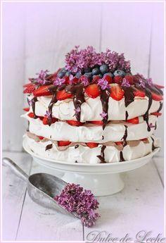 Discover recipes, home ideas, style inspiration and other ideas to try. Lemon Curd Pavlova, Raspberry Pavlova, Sweet Desserts, Sweet Recipes, Pavlova Toppings, Chocolate Pavlova, Pavlova Cake, Meringue Cake, Sweet Cakes