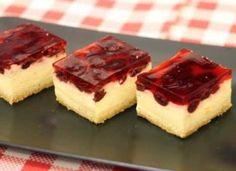 Prăjitură cu visine si cremă de vanilie. O prăjitură cremoasă, vanilată, usor acrisoară Kolaci I Torte, Garlic Bread, Sweet Recipes, Recipies, Cheesecake, Strawberry, Cooking Recipes, Sweets, Cookies