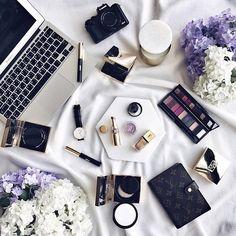"""1,036 curtidas, 6 comentários - FLATLAY® (@flatlay) no Instagram: """"Flowers & makeup situation 🌸💄 @fatmahilal7"""""""