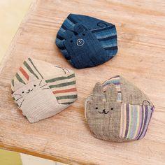 ネコ、くま、うさぎの顔をつけた置物にもなるコロンとした かわいいお手玉は、会津木綿の縞柄と無地の組み合わせ。 長方形の布4枚で作れる簡単な形です。