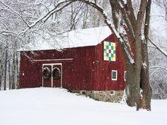 Décoration de Noel sur une grange rouge aux Etats-Unis